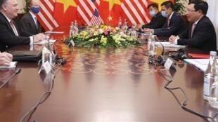 美國國務卿蓬佩奧與越南副總理兼外長範平明出席會談資料圖片