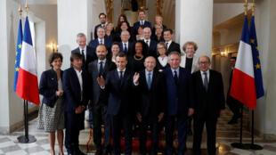 Foto de familia del nuevo gobierno francés tras el primer consejo de ministros celebrado en París el 18 de mayo de 2017.