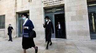 Des membres de la famille de Malka Leifer quittent le tribunal de district de Jérusalem, après l'approbation de son extradition, le 21 septembre 2020.