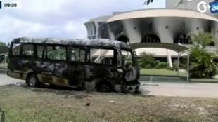 Autobus calciné devant l'Assemblée nationale gabonaise à Libreville le 2 septembre 2016 : témoignage des violences qui ont suivi l'annonce des résultats de l'élection présidentielle.
