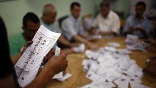 Funcionarios egipcios cuentan los votos. El Cairo, 24 de mayo de 2012.