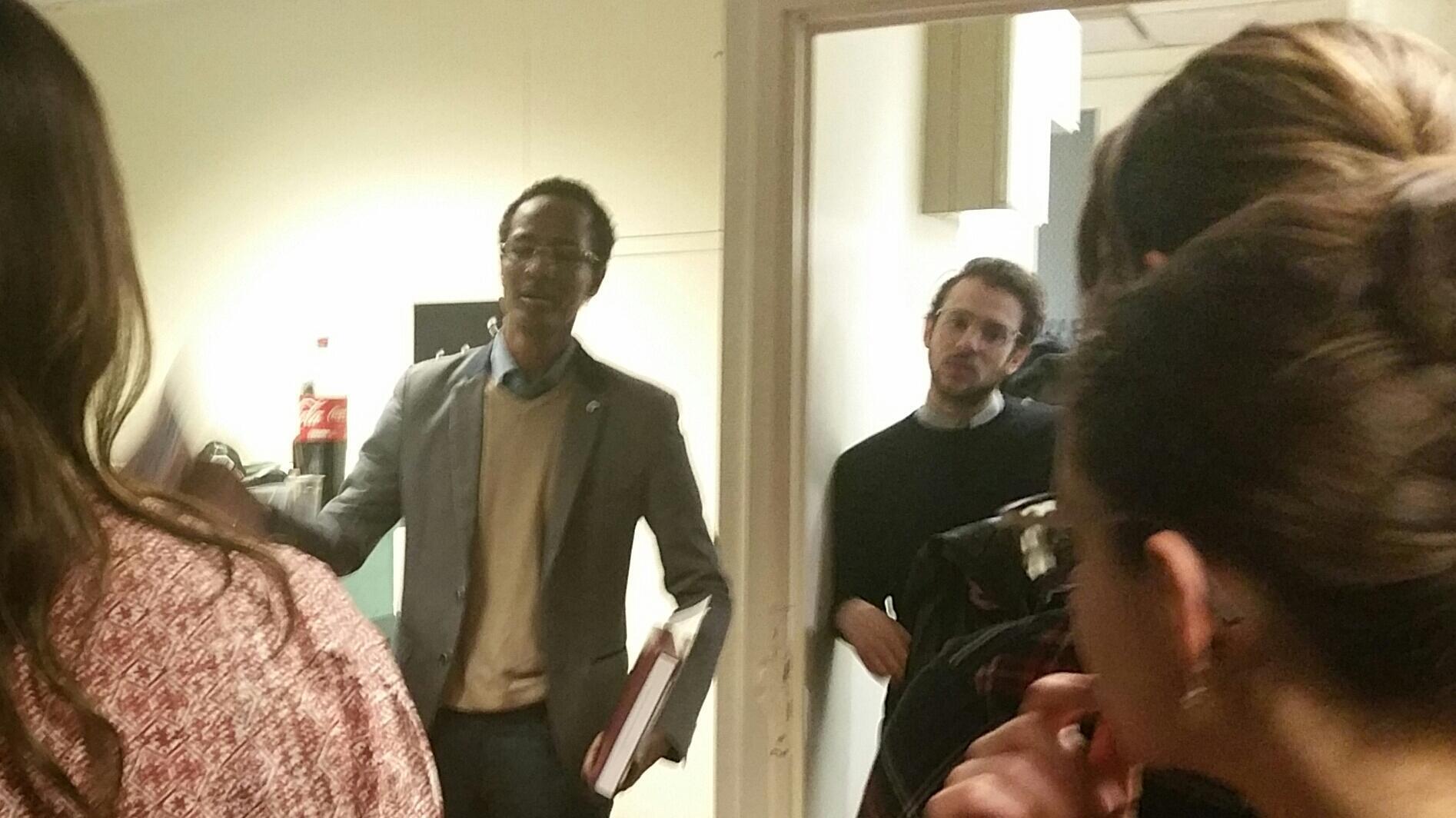 Mahamat présente son projet dans les locaux de l'association Singa à Paris.