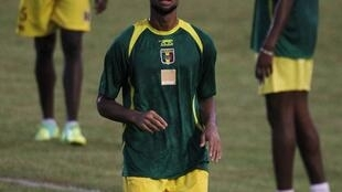 Le Malien Seydou Keita jongle au milieu de ses partenaires.