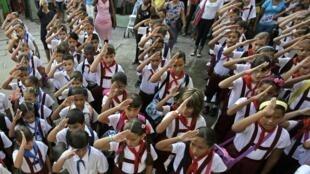 Ngày khai trường ở Cuba. Giáo dục phổ cập miễn phí từng là một trong những thành tựu của Cuba.