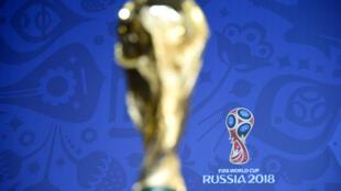 Le trophée du vainqueur de la Coupe du monde, le 25 juillet à Saint-Pétersbourg, avant le tirage au sort du Mondial 2018 en Russie.