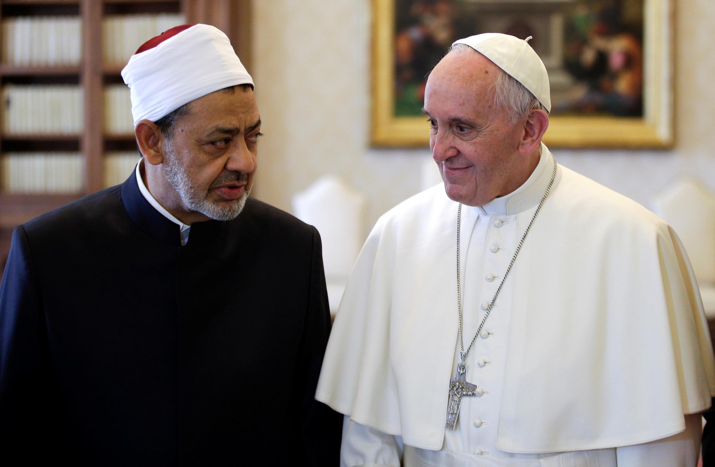 Giáo sĩ đền Al-Azhar, Ahmed al-Tayeb (T), và giáo hoàng Phanxicô. Ảnh ngày 23/05/2016 tại Vatican.