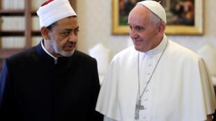 Le grand imam d'Al-Azhar, cheikh Ahmed al-Tayeb (g.), et le pape François, le 23 mai 2016 au Vatican.