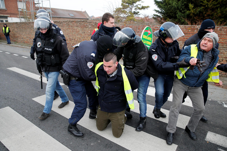 Полиция пытается освободить от протестующих круговую развязку в Петит-Фонтен, на севере страны