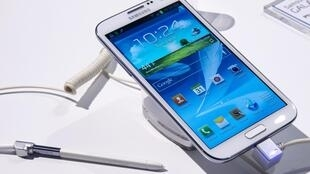 O aparelho que mistura smartphone e tablet Galaxy Note II da Samsung