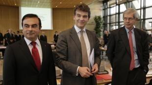 Le ministre du Redressement productif Arnaud Montebourg, entouré de Carlos Ghosn (PDG de Renault, à gauche) et Philippe Varin (président du directoire de PSA).