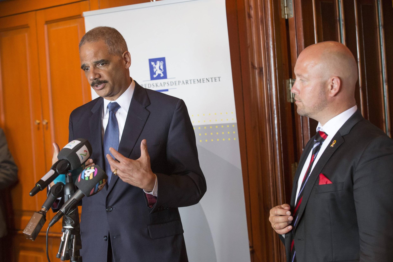 Министр юстиции США Эрик Холдер (Л) и его норвежский коллега Андерс Анундсен в Осло 08/07/2014