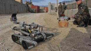 Un soldat français manœuvre un robot détecteur d'EEI (engins explosifs improvisés).