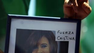 «Courage Cristina !» peut-on lire sur les pancartes des militants péronistes qui sont venus apporter leur soutien à leur présidente ce mercredi 4 janvier 2012.