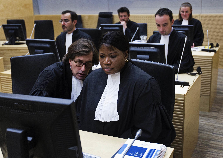 Muendesha mashtaka mkuu wa ICC Fatou Bensouda akiwa na Eric MacDonald  wa ofisi  muendesha mashtaka