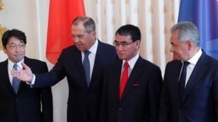 Cuộc họp 2+2 Nga-Nhật. Từ phải qua trái, bộ trưởng Quốc Phòng Nga Shoigu, ngoại trưởng Nhật Kono, ngoại trưởng Nga Lavrov và bộ trưởng Quốc Phòng Nhật Onodera, Matxcơva, 31/07/2018.