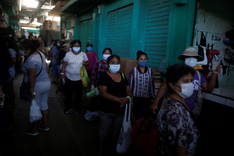 No Peru, para comprar produtos essenciais, os homens podem sair três dias por semana e as mulheres nos outros dias.