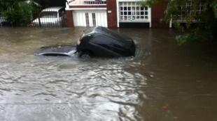 Des voitures ont été emportées par les inondations à La Plata.