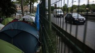 Le campement de fortune à la porte d'Aubervilliers, le long du périphérique nord, le 16 mai 2019.