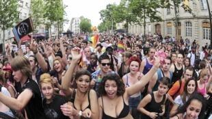 Simpatizantes LGBT participam da Parada do Orgulho Gay, neste sábado, em Paris.