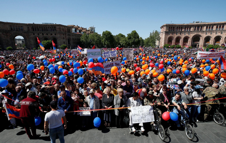 هواداران نیکول پاشینیان، رهبر مخالفان دولت ارمنستان، در انتظار نتیجه رأی پارلمان برای انتخاب نخستوزیر. ایروان- سهشنبه ١١ اردیبهشت/ اول مه ٢٠۱٨
