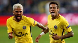 Os brasileiros Daniel Alves (esquerda) e Neymar (direita), que chegaram durante o Verão a Paris, festejaram mais uma vitória do PSG.