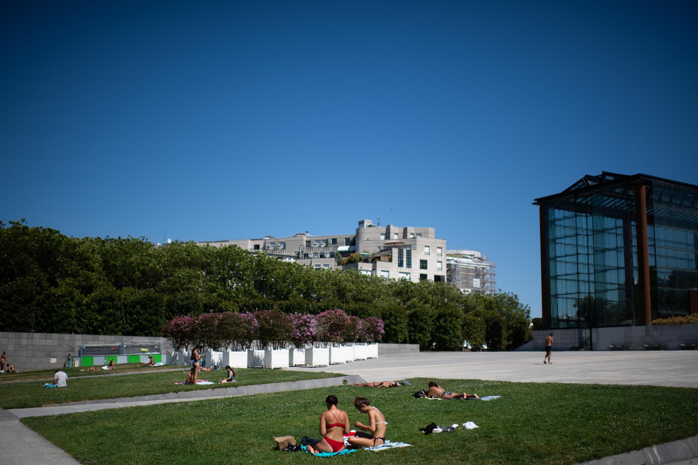پارکهای فرانسه در گرمای شدید و آفتاب سوزان پذیرای آفتابدوستان شده است.