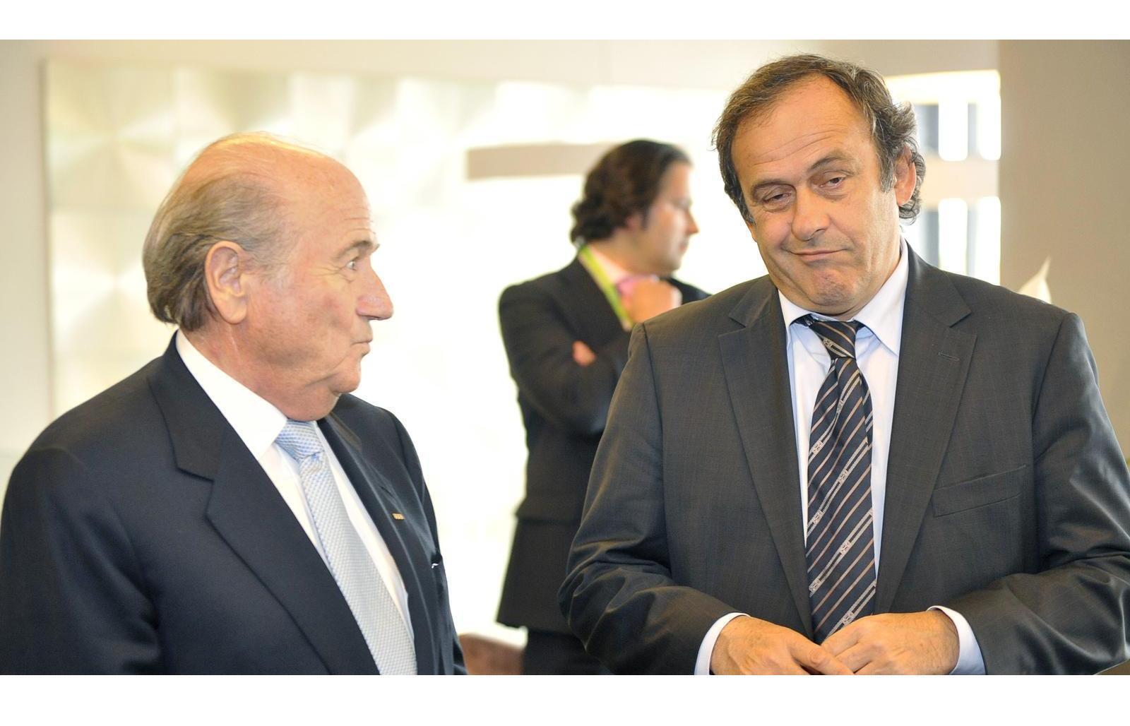 Мишель Платини (справа) планирует заменить Йозефа Блаттера на посту главы ФИФА