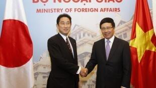 2014年8月1日日本外相岸田文雄访问越南,左为岸田文雄,右为越南外长范平明。