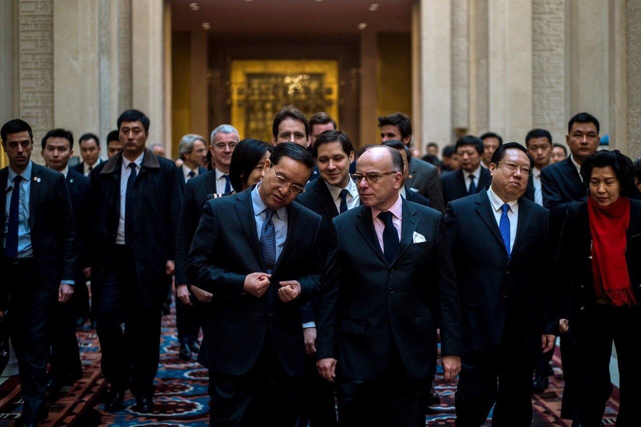 Thủ tướng Pháp Bernard Cazeneuve (hàng đầu bên phải) tại Vũ Hán, Trung Quốc, ngày 23/02/2017.