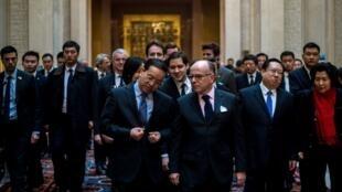 Le Premier ministre français Bernard Cazeneuve et le secrétaire du comité provincial du PCC dans le Hubei, Jiang Chaoliang, à Wuhan ce jeudi 23 février 2017.