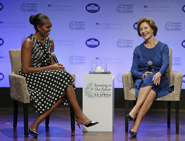 Michelle Obama et Laura Bush, le 6 août 2014, à Washington lors d'une séance de travail sur l'égalité des sexes.