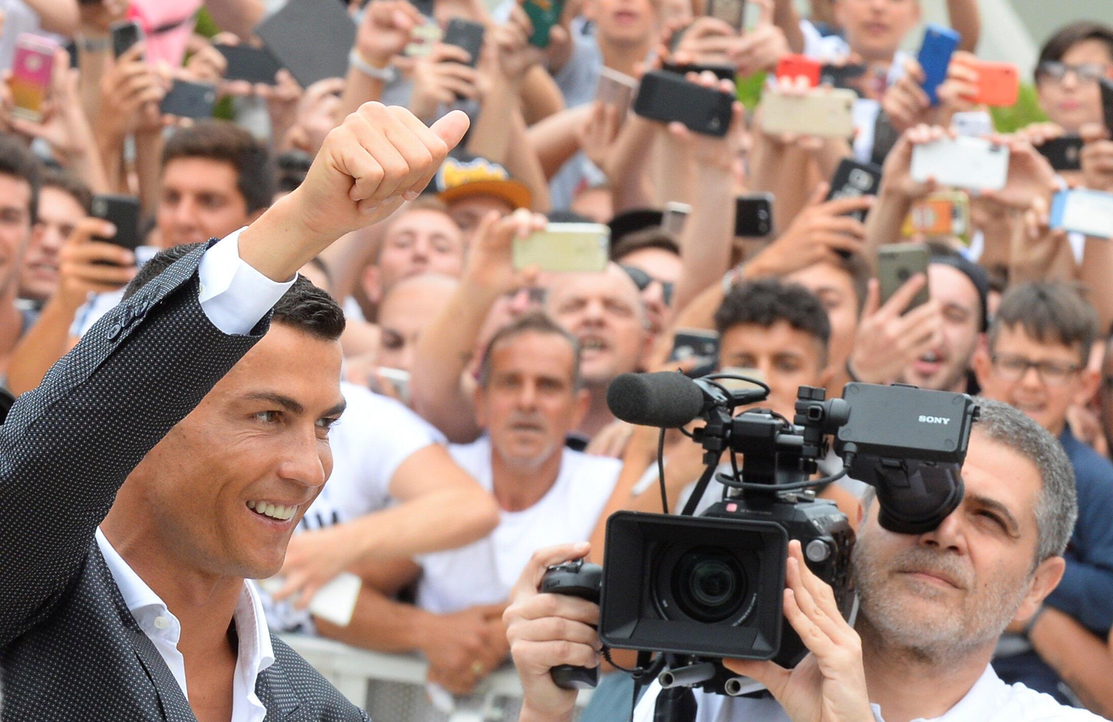 Cristiano Ronaldo, yayin gaisawa da magoya bayan Juventus, bayan isa cibiyar kula da lafiya ta kungiyar da ke birnin Turin, a Italiya. 16 ga watan Yuli, 2018.