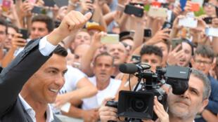 Cristiano Ronaldo yayin ganawa da magoya bayansa a birnin Turin na kasar Italiya, bayan sauya sheka daga Real Madrid zuwa Juventus.