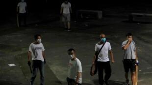 """香港元朗车站的""""白衣人"""",2019年7月21号"""