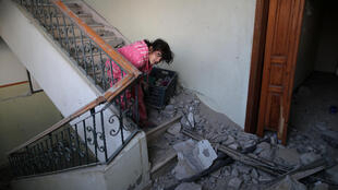 Uma nova explosão de violência sacudiu nesta segunda-feira a Faixa de Gaza. O Exército israelense respondeu com ataques aéreos aos disparos de dezenas de foguetes palestinos, aumentando o temor de um novo conflito na região.