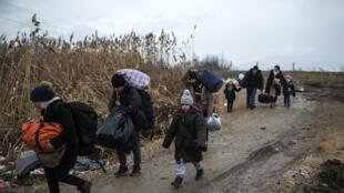 Des réfugiés syriens traversent les frontières entre la Serbie et la Macédoine, le 4 février 2016.