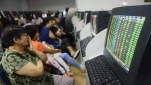 Người chơi chứng khoán Trung Quốc theo dõi các biến động tại một điểm giao dịch trung gian.