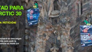 Militantes do Greenpeace escalam a fachada da catedral Sagrada Família, em Barcelona, para pedir a libertação dos 30 militantes da ONG presos na Rússia.