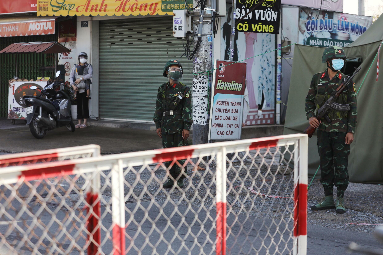 Un point de contrôle militaire pendant le confinement en pleine pandémie de Covid-19, à Hô-Chi-Minh-Ville, le 23 août 2021.