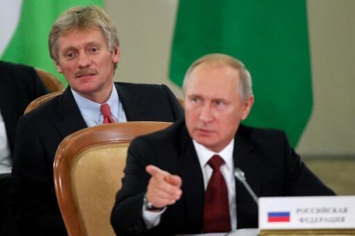 El portavoz Dimitri Peskov asiste a una intervención del presidente Vladimir Putin durante una cumbre de mandatarios de la Comunidad de Estados Independientes, el 11 de octubre de 2017 en Sochi (Rusia)