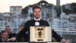 Le réalisateur belge Lukas Dhont le 19 mai 2018 à Cannes avec la Caméra d'Or.