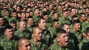 Soldados mexicanos reunidos durante un discurso del General Salvador Cienfuegos para ofrecer una disculpa pública a la sociedad por actos de tortura cometidos por miembros del Ejército.