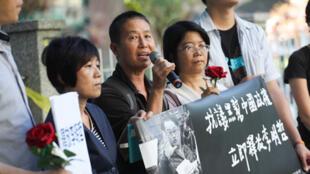 台湾人权促进会28日在蔡瑞月舞蹈社举行记者会,谴责中国大陆逮捕、判刑非政府组织工作者李明哲,前立委王丽萍(中)出席声援。2017年11月28日