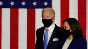 Ứng viên tổng thống của đảng Dân Chủ Joe Biden (T) và người cùng liên danh, bà Kamala Harris, trong cuộc mít tinh tại trường Alexis Dupont High School, Wilmington, Delaware, Hoa Kỳ, ngày 12/08/2020.