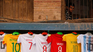 Un vendedor de camisetas de diferentes jugadores del Mundial en Bhaktapur, en Nepal.