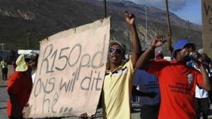 Des travailleurs durant une marche où des policiers ont tiré des balles en caoutchouc et des grenades sur des travailleurs agricoles en grève sur une autoroute, le 9 janvier 2013