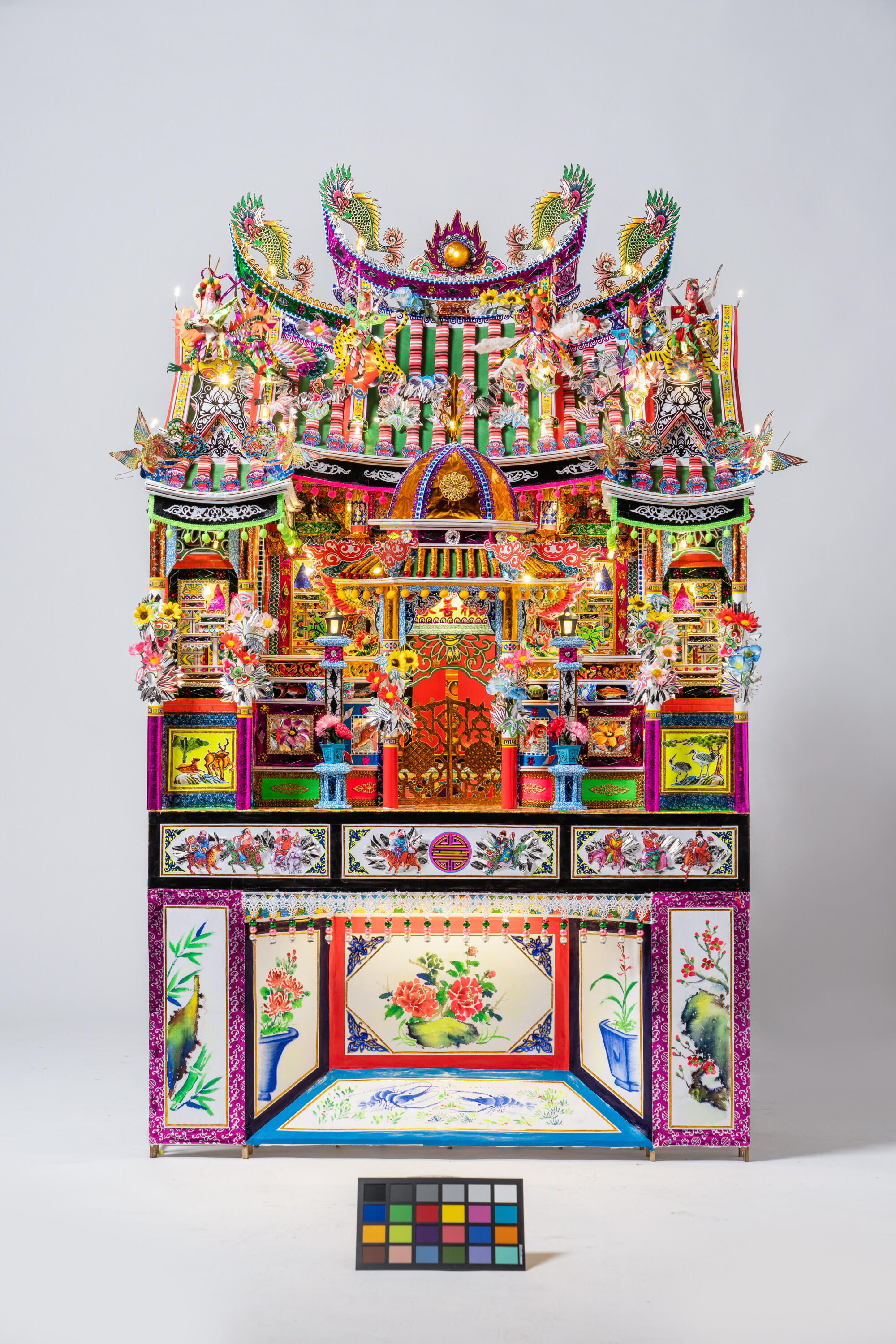 This house is made of paper and bamboo, with LED lights. It is a funeral offering, meant to accompany the defunt into the afterlife. The offering is burned after the funeral.