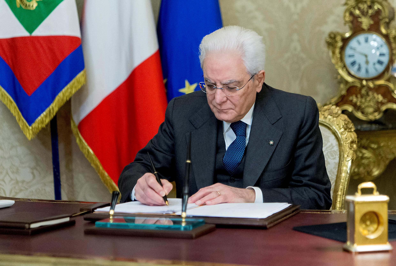 Le président de République italienne en train de signer le décret sur la dissolution du Parlement, le 28 décembre 2017.