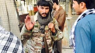 Mpiganaji wa Taliban katika mitaa ya Kunduz, ambapo wapiganaji wa Afghanistan walichukua udhibiti tarehe 28 Septemba.