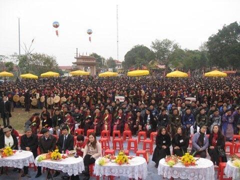 Hiện tượng trình diễn đồng ca quan họ bị nhiều chỉ trích tại Việt Nam. Kỷ lục đồng ca với sự tham gia của hơn 3.500 người, tháng 2/2012, tại hội Lim, Bắc Ninh (DR)